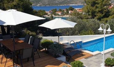 Beautiful villa with seaview and swimming pool in a bay surrounded by a pine forest -AE1422